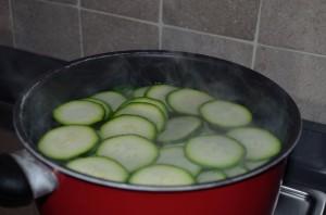 preparazione cous cous zucchine e gamberetti