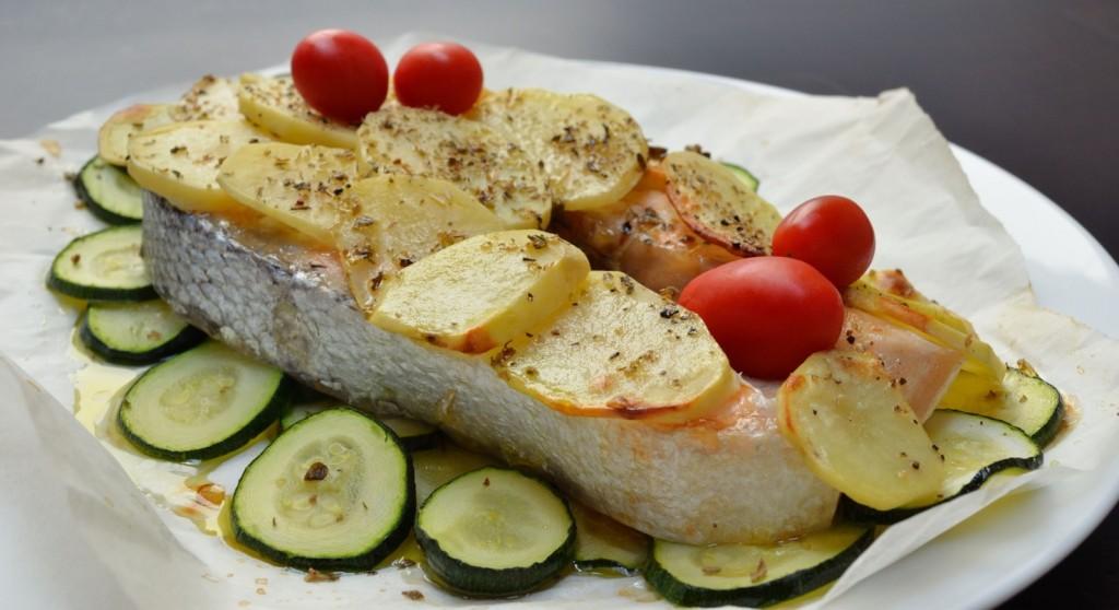 salmone al forno con patate e zucchine