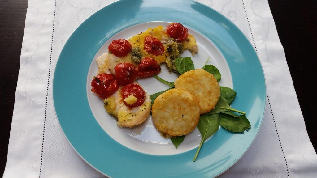 Petto di pollo saporito al forno con pomodorini e capperi