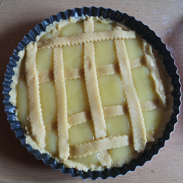 preparazione crostata con crema al limone