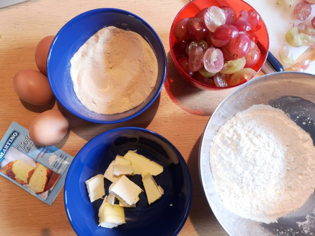 preparazione torta all'uva: ingredienti